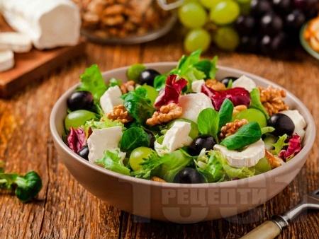 Есенна салата с грозде, рукола, синьо сирене и сирене Бри - снимка на рецептата
